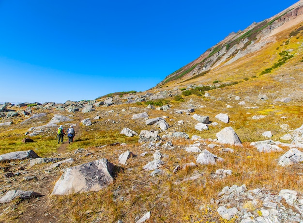 Pente de pierre du volcan avec des touristes à pied.