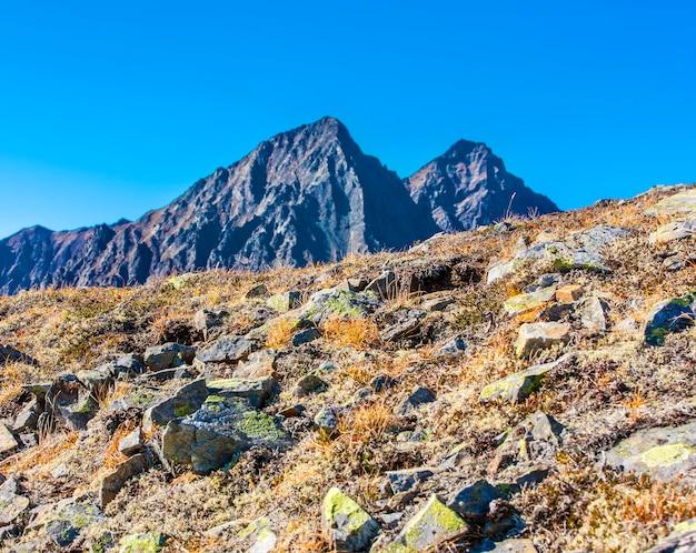 Pente rocheuse de montagne du volcan sur kamchatka