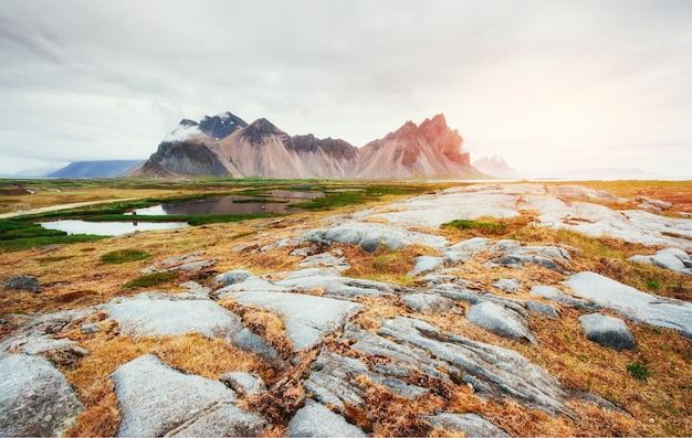 Pentes douces montagnes enneigées et glaciers. magnifique automne island
