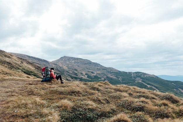 Pentes de montagne et vue panoramique depuis une hauteur.