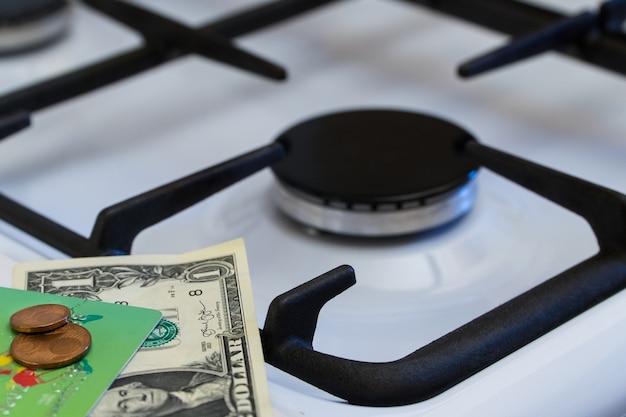 Pénurie et crise du gaz. argent sur le fond d'une cuisinière à gaz éteinte