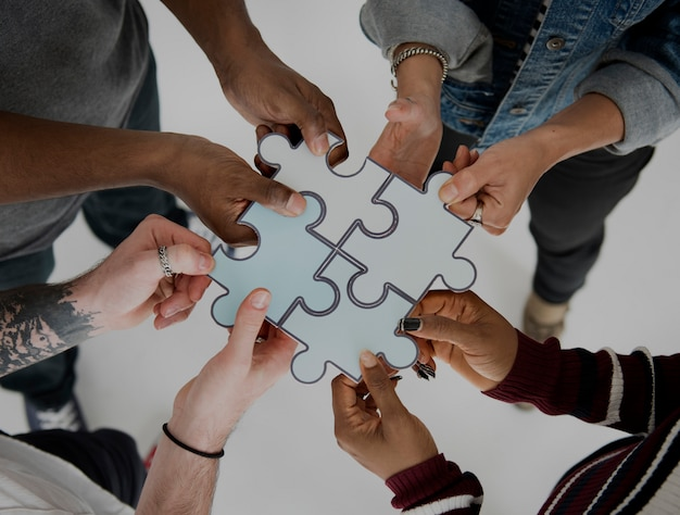 People jigsaw puzzle together partenariat teamwork