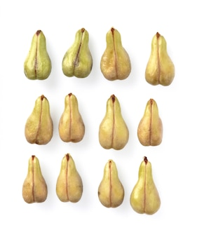 Pépin de raisin isolé sur fond blanc