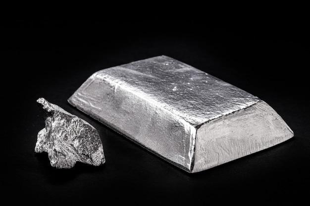 Pépite et lingot de manganèse, métal utilisé dans la fabrication d'alliages métalliques, dans la production d'acier, ou dans les alliages de cuivre, de zinc, d'aluminium, d'étain et de plomb