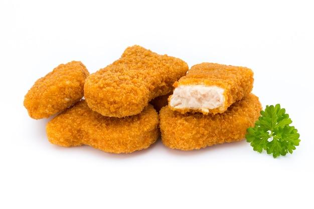 Pépite de poulet sur le blanc.