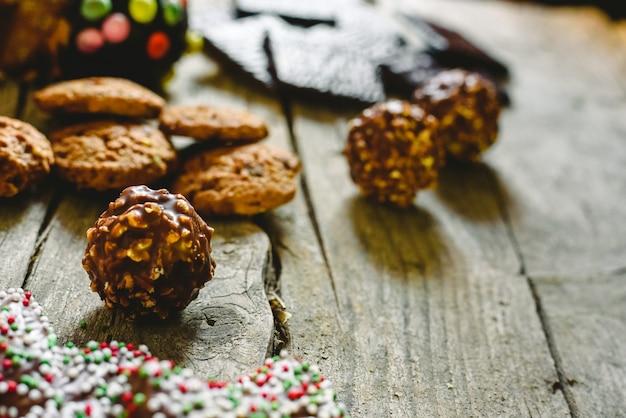 Pépites de chocolat et des biscuits avec une délicieuse garniture, des tons bruns.