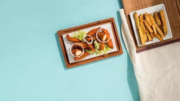 Pépites frites avec de la verdure et des pommes de terre en tranches