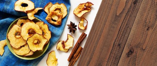 Pépites de pomme séchées et épices sur bois