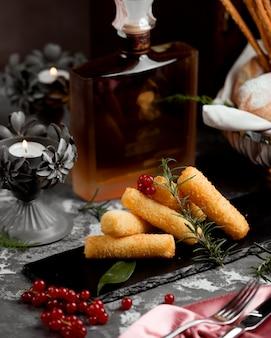 Pépites de pommes de terre au doigt garnies de canneberges et de romarin