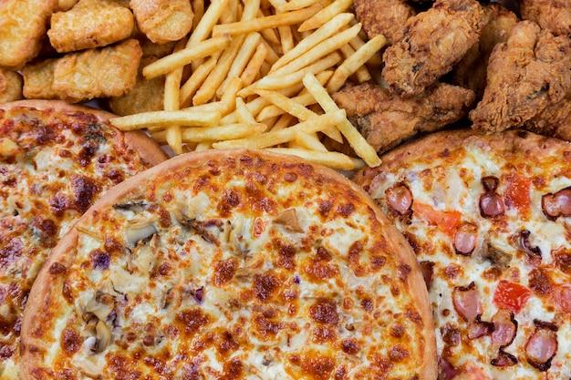 Pépites de poulet fastfood, cuisses, pizzas et pommes de terre sautées