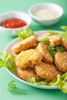 Pépites de soja végétaliennes et frites de patates douces repas sain