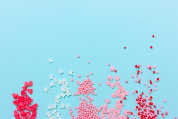 Pépites de sucre coloré sur fond bleu