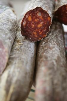 Pepperoni rouge séché sur le marché méditerranéen