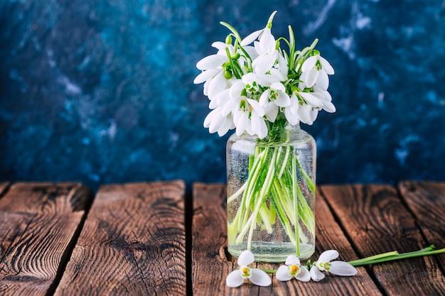 Perce-neige dans un vase en verre