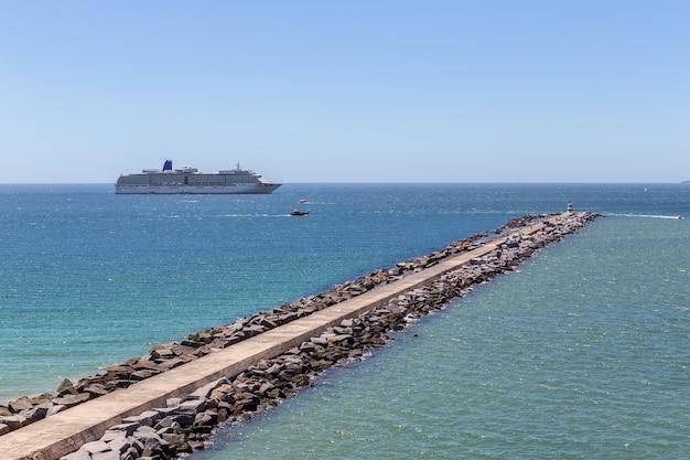 Percer le brise-lames en face du bateau de croisière à portimao.