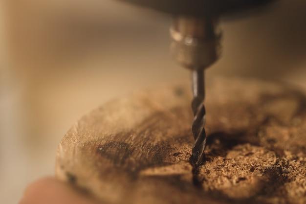Percer et percer le morceau de bois