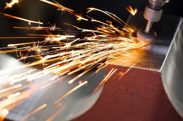 Percer avec des pièces métalliques à polir au diamant. étincelles.