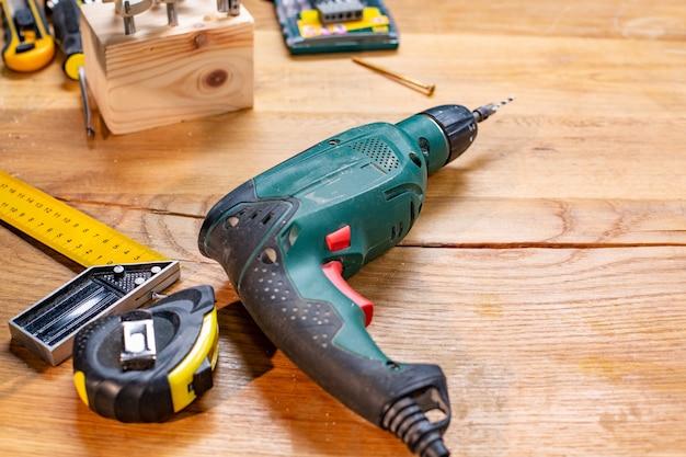 Perceuse d'atelier de menuiserie et autres outils se trouvent sur la table