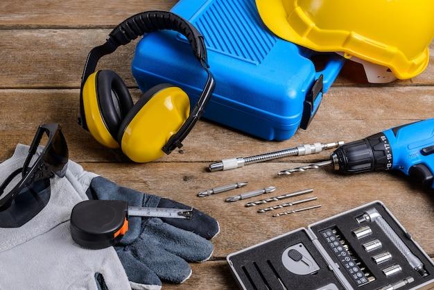 Perceuse et jeu de perceuse, outils, charpentier et sécurité, équipement de protection