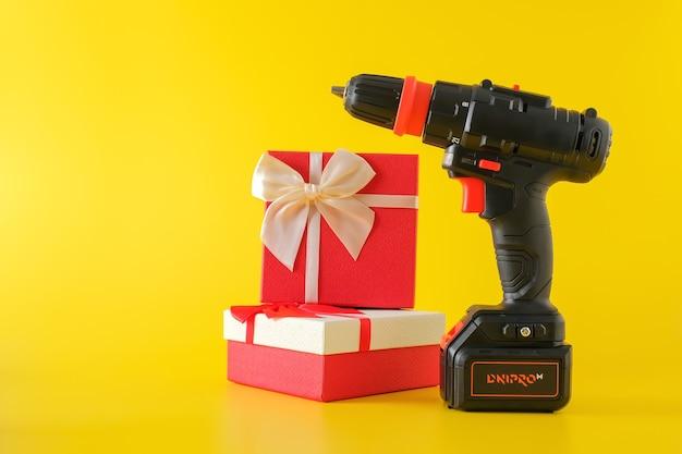 Perceuse à main sans fil, tournevis à batterie et coffrets cadeaux. concept de surprise cadeau pour les hommes, espace copie