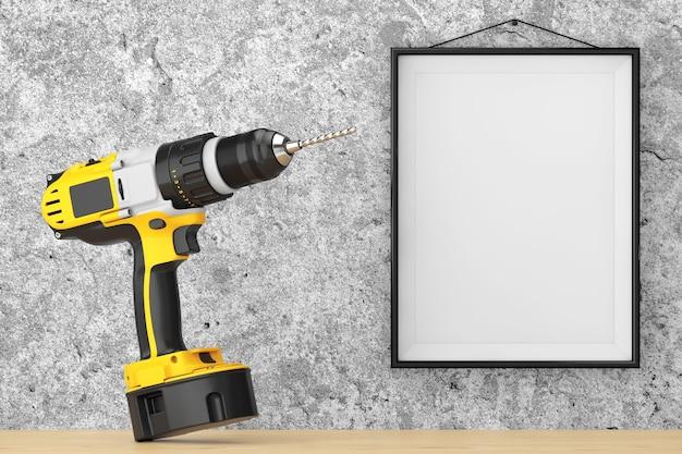 Perceuse rechargeable et sans fil jaune devant le mur de béton avec gros plan extrême de cadre vierge. rendu 3d