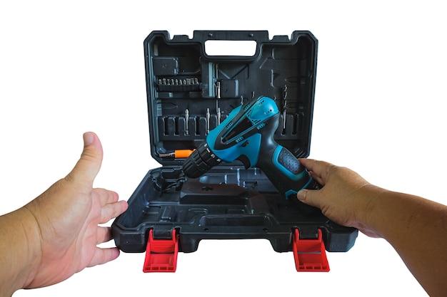 Une perceuse sans fil dans un coffret pour l'outil de l'appareil de travail.