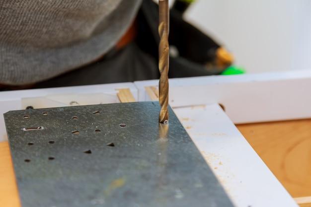 Perceuse travaillant sur une plaque d'acier plate.
