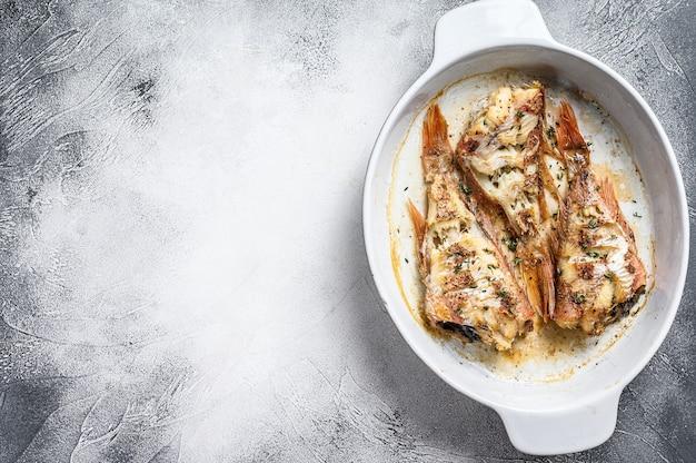 Perche de poisson rouge au four dans un plat allant au four.