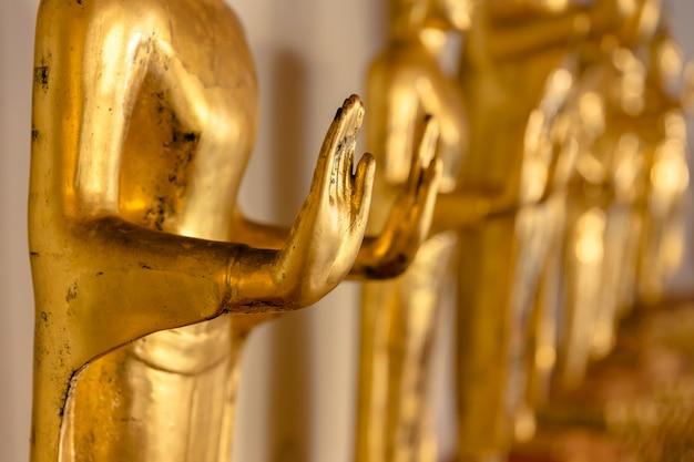 C; perdre la main dorée de l'image de bouddha