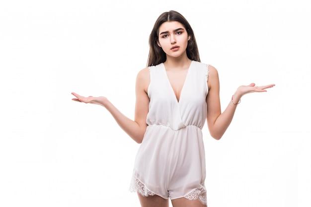 Perdu belle jeune mannequin en robe blanche moderne sur blanc