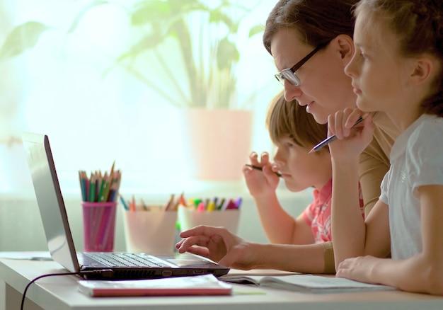 Père aidant ses enfants à terminer leurs devoirs