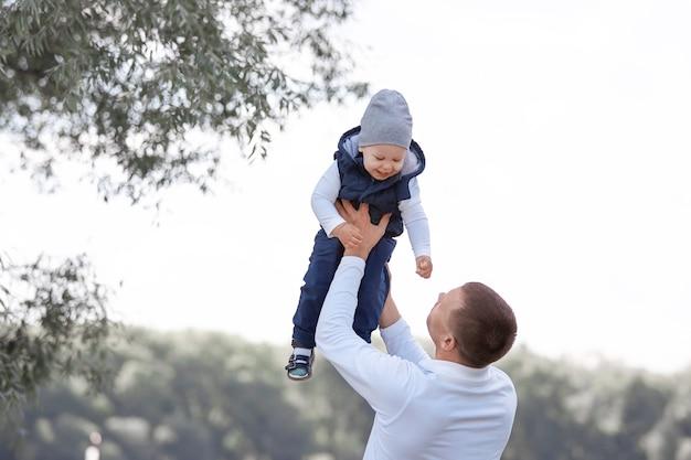 Père aimant jouant avec son fils à l'extérieur