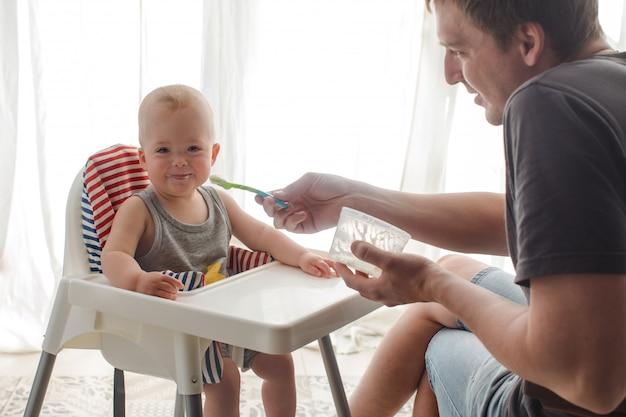 Père, alimentation, joli bébé, chez soi