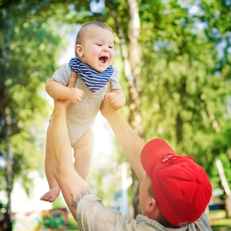 Père amusant fils heureux vomit. il fait beau