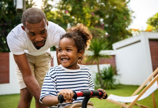 Père apprend à sa fille à faire du vélo