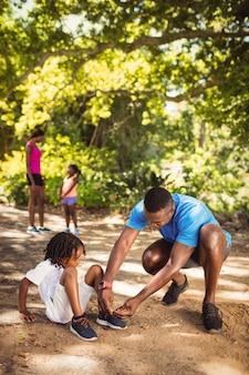 Père apprend à son enfant comment faire ses lacets