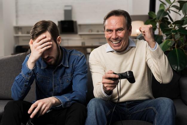 Père, battre, fils, à, jeux vidéo