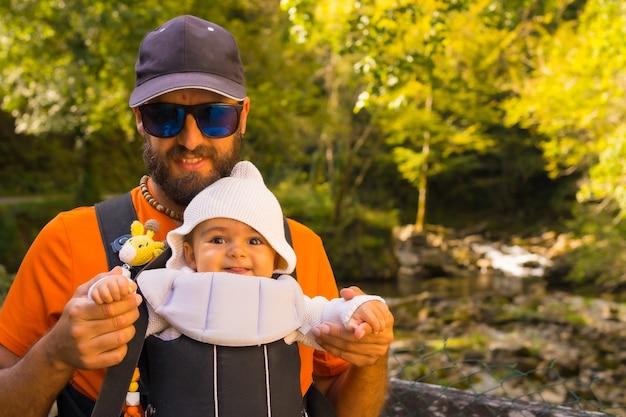 Un père avec le bébé dans un sac à dos en direction de la passerelle de holzarte dans la forêt ou la jungle d'irati, au nord de la navarre en espagne et dans les pyrénées atlantiques de la france
