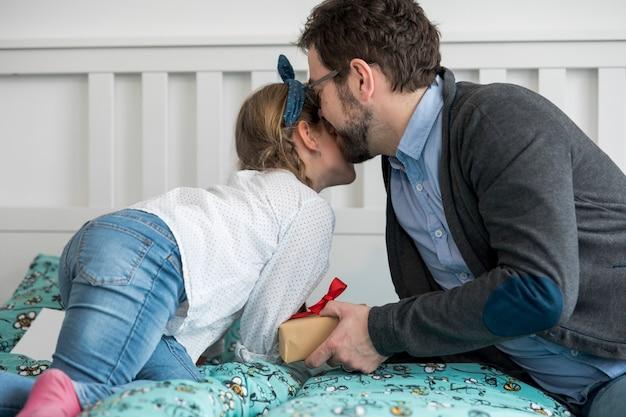 Père célébrant la fête des pères avec sa fille