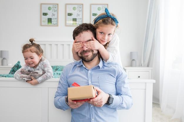 Père célébrant la fête des pères avec ses filles