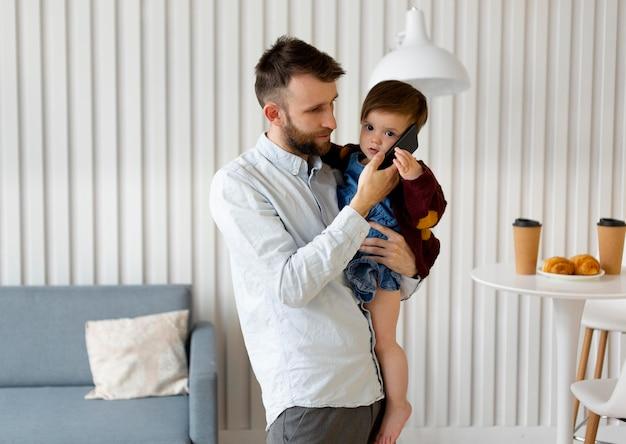 Père célibataire passant du temps avec sa fille