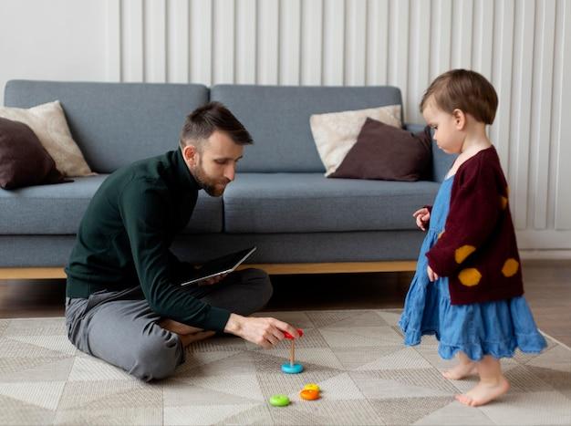 Père célibataire passant du temps avec sa petite fille