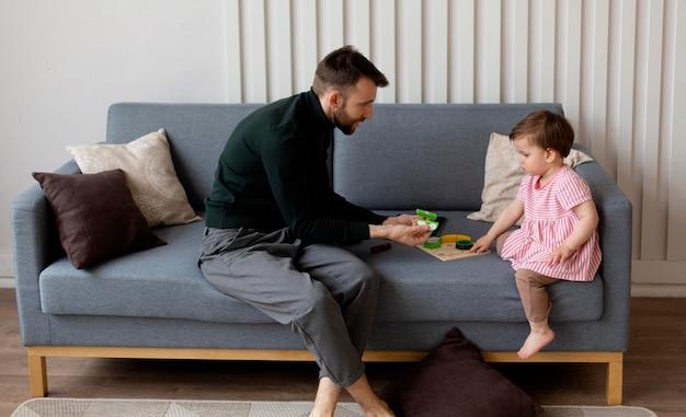 Père célibataire passant du temps avec son bébé