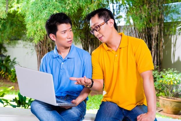 Père chinois et son fils asiatique à la maison
