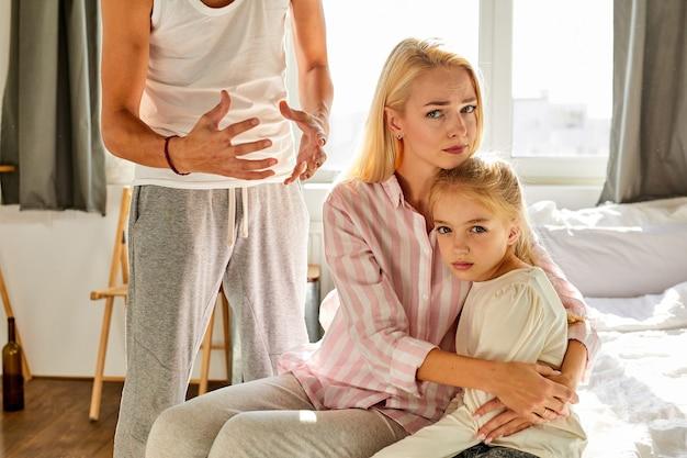 Un père en colère gronde sa fille et sa femme, des problèmes familiaux