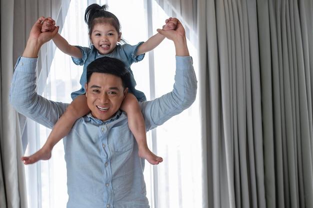 Père de coup moyen tenant une fille heureuse