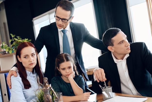 Père décide qui sera le gardien principal de la petite fille