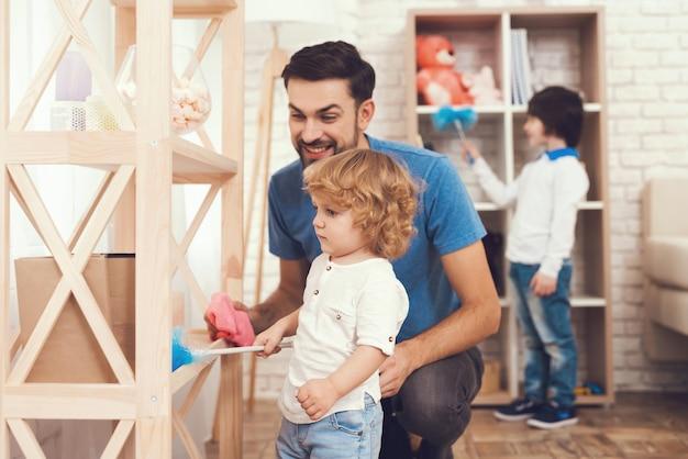 Le père de deux garçons est engagé dans l'éducation des enfants.