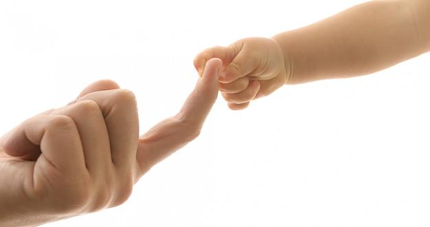 Père donnant la main à un enfant isolé