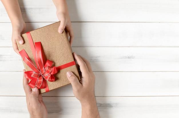 Père donne un cadeau de noël à sa fille,